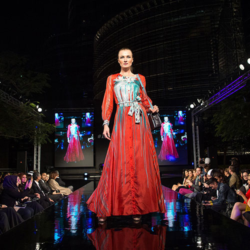 Divat- és stílustervező tanfolyam - Divatmodell vörös ruhában