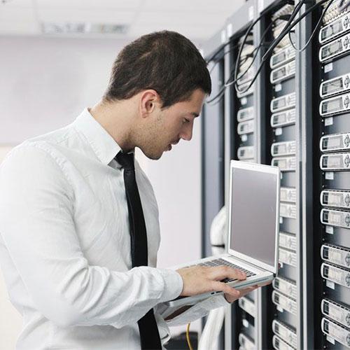 Informatikai rendszerüzemeltető tanfolyam - Rendszergazda munka közben
