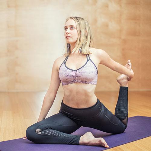Jógagyakorlat a fitness instruktor képzés óráján