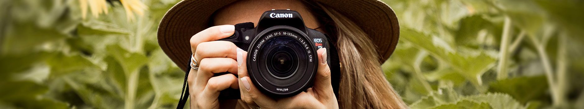 Fotográfus tanfolyam kiemelt kép - Fotós lány fényképezőgéppel