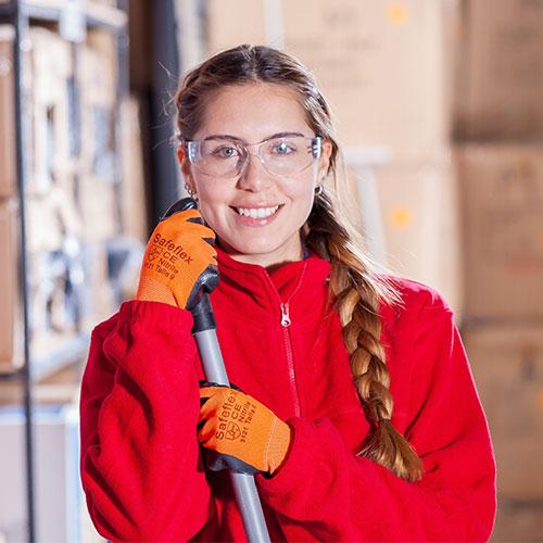 Munkavédelmi technikus tanfolyam - Dolgozó munkavédelmi szemüvegben