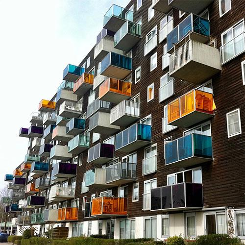 Társasházkezelő tanfolyam - Társasház színes erkélyekkel