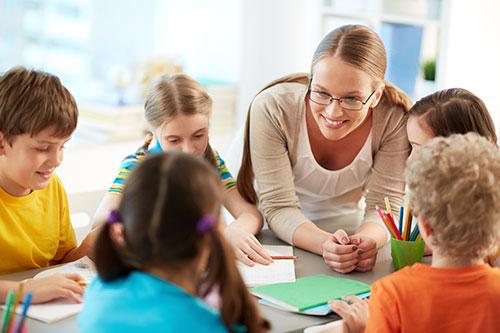 Pedagógiai asszisztens gyerekekkel foglalkozik