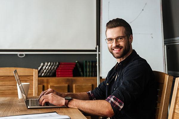 Webfejlesztő szakember munka közben