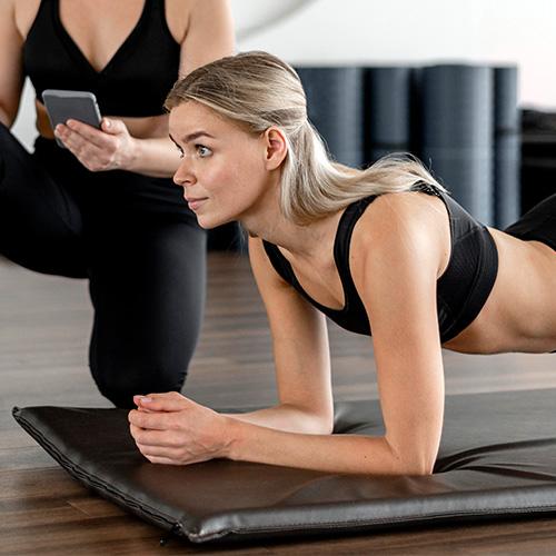 Fitness instruktor - plank gyakorlat